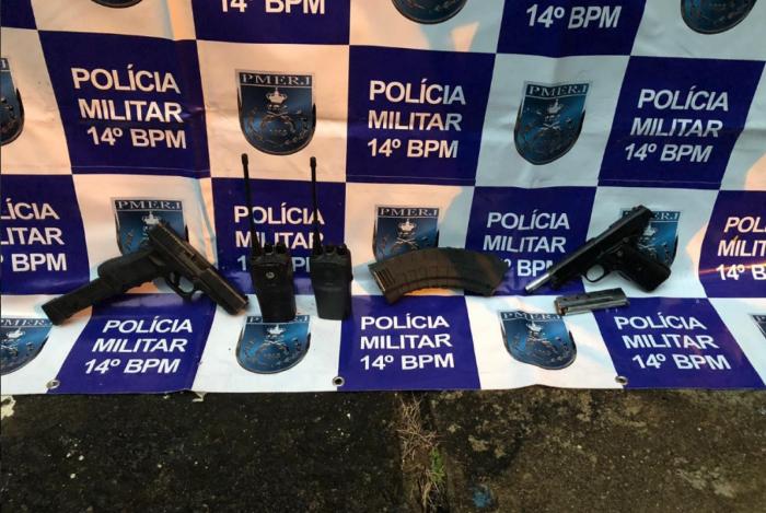 Policiais apreenderam duas pistolas durante a ação