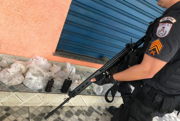 Militares apreenderam uma granada, um rádio comunicador e drogas ainda não contabilizadas