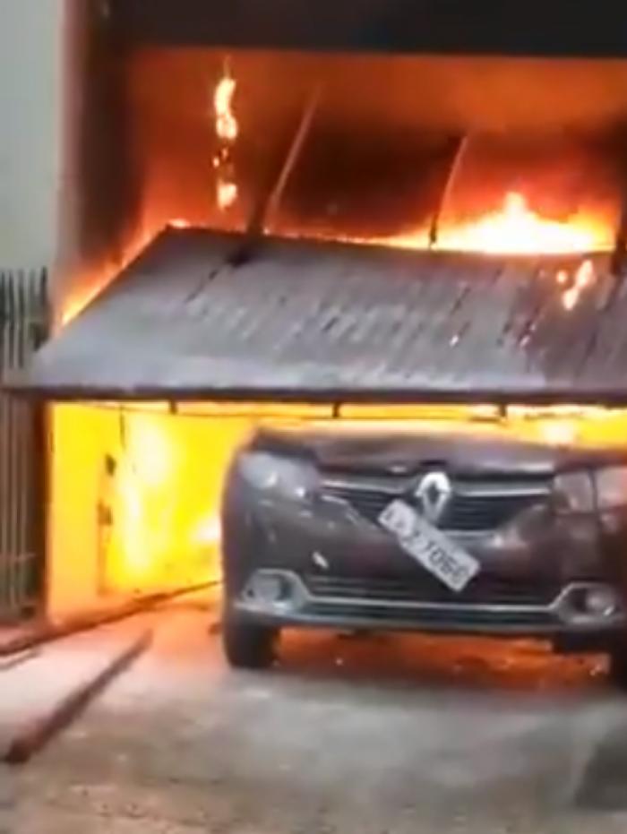 Veículo pegou fogo dentro da garagem