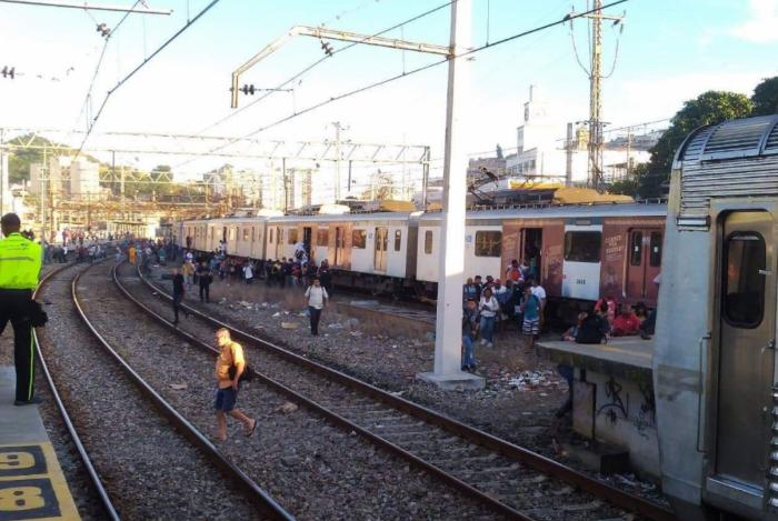 Ramais que passam pela estação Maracanã precisam aguardar circulação e enfrentam atrasos