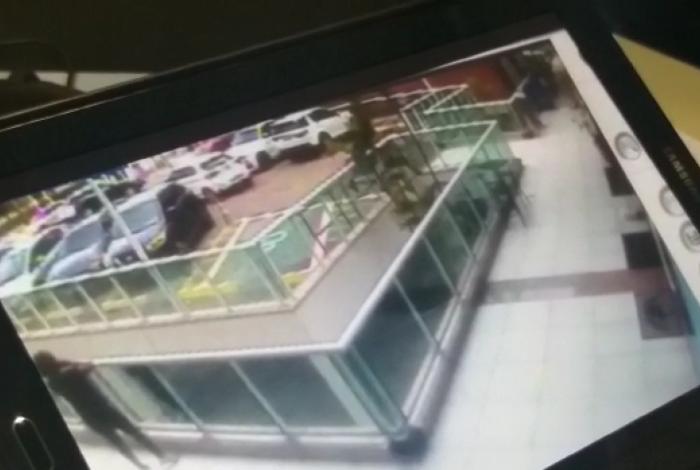 Vídeo mostra momento em que filha do bicheiro Maninho é baleada