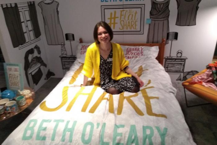 Beth O'Leary, autora de 'Teto para Dois', no cenário inspirado na obra