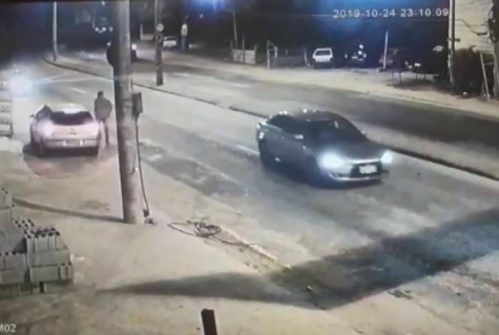 Imagem mostra homem deixando veículo após acidente