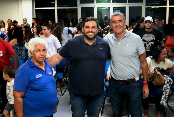 O secretário de Cultura de Macaé, Thales Coutinho (de azul), e o secretário de Educação, Guto Garcia (de cinza), prestigiaram a entrega dos certificados aos contemplados com o Bolsa Escola