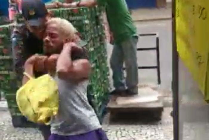 Professor foi imobilizado por golpe mata leão, após questionar abordagem violenta