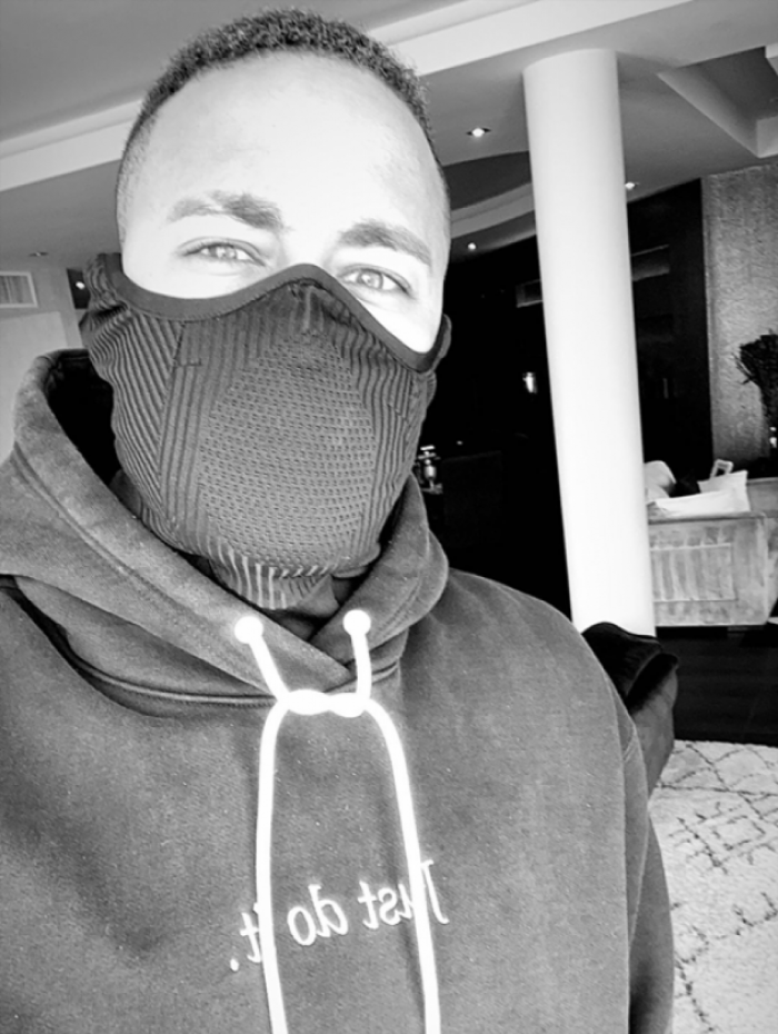 Neymar Jr. usa máscara para se proteger do Coronavírus.
