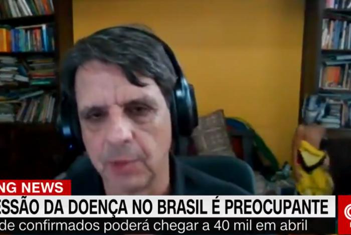 Filho do professor Silvio Camacho aparece brincando ao fundo de entrevista ao vivo