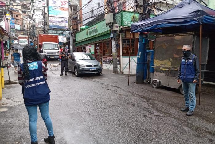 Agentes fiscalizam comércio da Rocinha