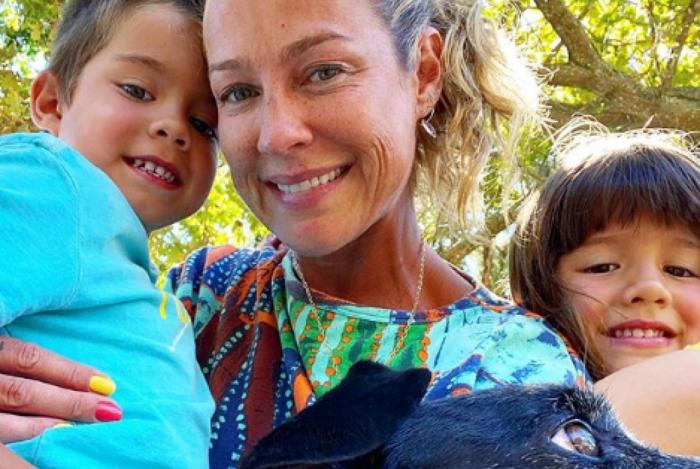Luana Piovani posa com os filhos