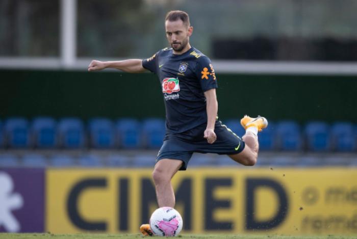 Após jogos com a Seleção, Everton Ribeiro e Rodrigo Caio chegam ao Rio e vão ser avaliados pelo Fla